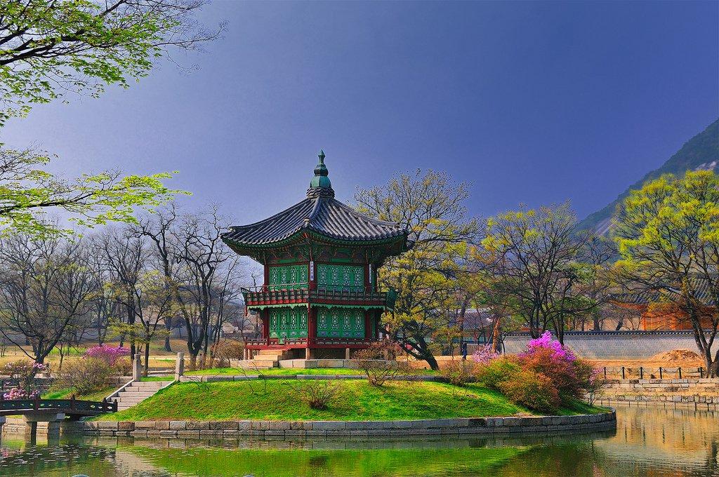 Hyangwon-jeong-a-pavilion-in-Gyeongbok-Palace-Seoul