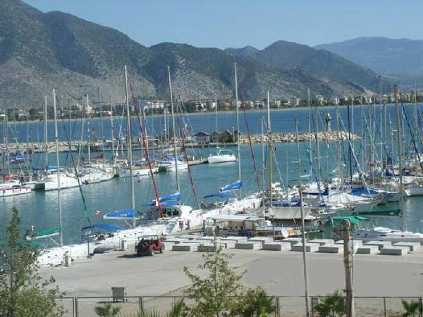 Mountain range creates a comfortable microclimate in Kemer