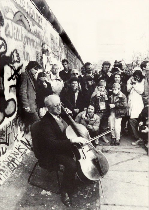 Mstislav Rostropovich plays Bach at the Berlin Wall, 1989