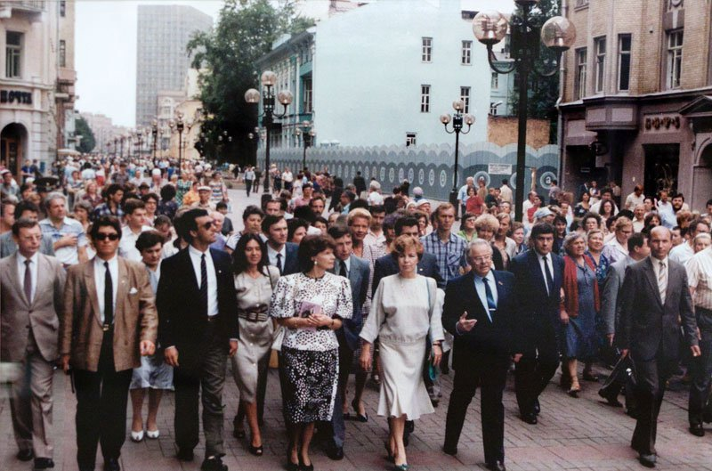 Raisa Gorbachev and Francois Mitterrand. Walk along the Arbat, 1986