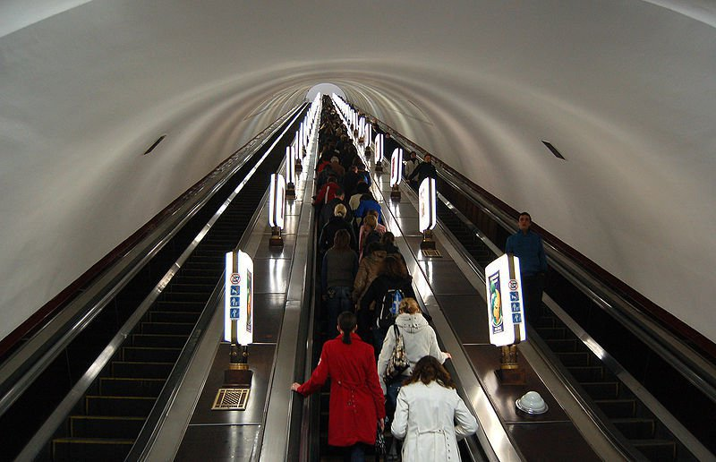 800px-Arsenalna_metro_station_Kiev_2010_02